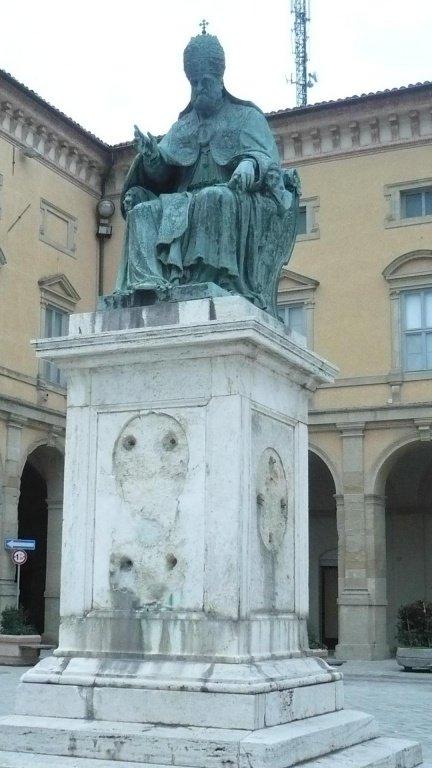 Camerino-monumento-a-Sisto-V-orbato-delle-formelle
