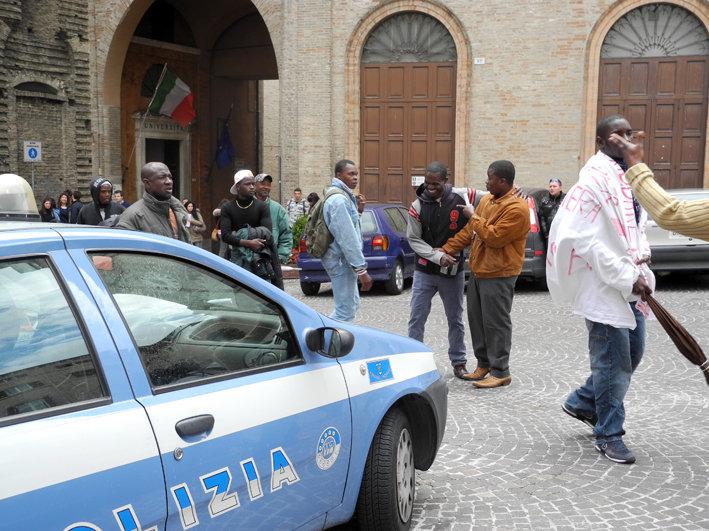 """Gli immigrati tornano in piazza: """"Dopo due anni, dateci il ..."""