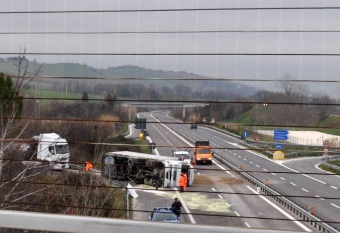 Camion si ribalta chiusa la superstrada cronache maceratesi for Risparmio casa corridonia
