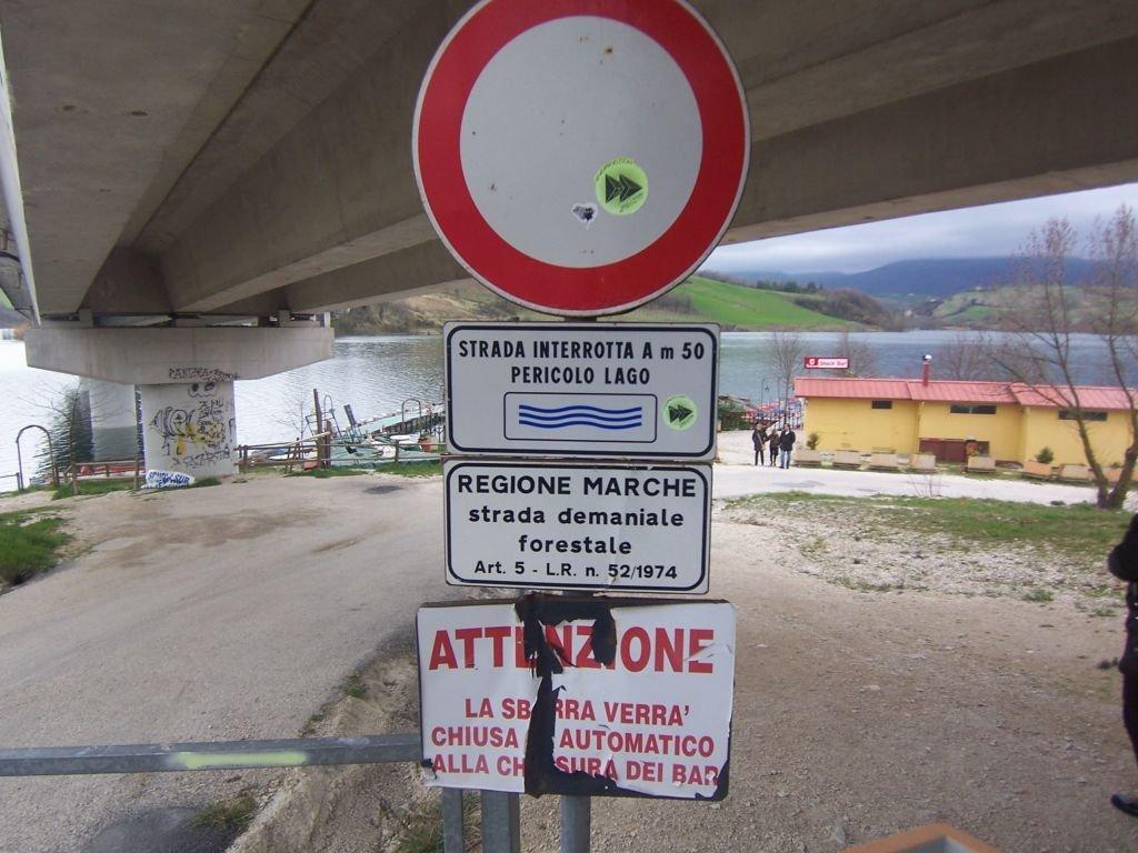 Il cartello di pericolo al lago di Castreccioni