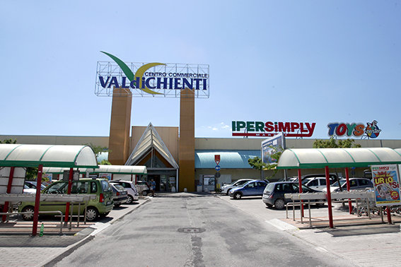 https://cdn.cronachemaceratesi.it/wp-content/uploads/2013/07/centro_commerciale_valdichienti_piediripa.jpg