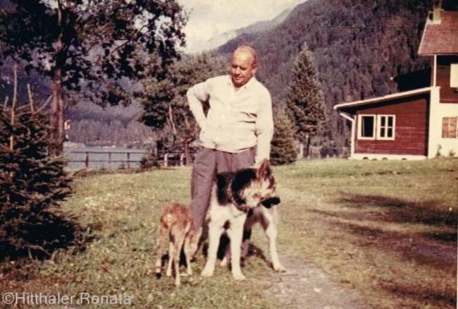 Peter Hitthaler con il cane pastore Kuni, fedelissimo a Mattei