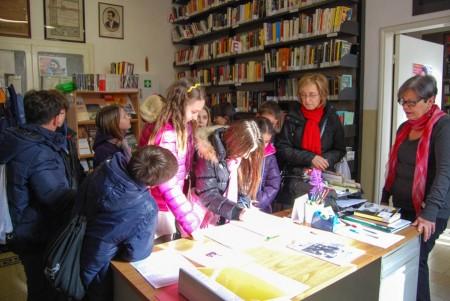 Ragazzi e ragazze all'interno della Biblioteca Comunale. Insieme a loro Laura Carota