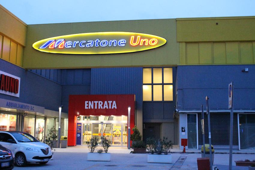 Crisi mercatone uno l azienda chiusura per i negozi che for Megauno civitanova arredamento
