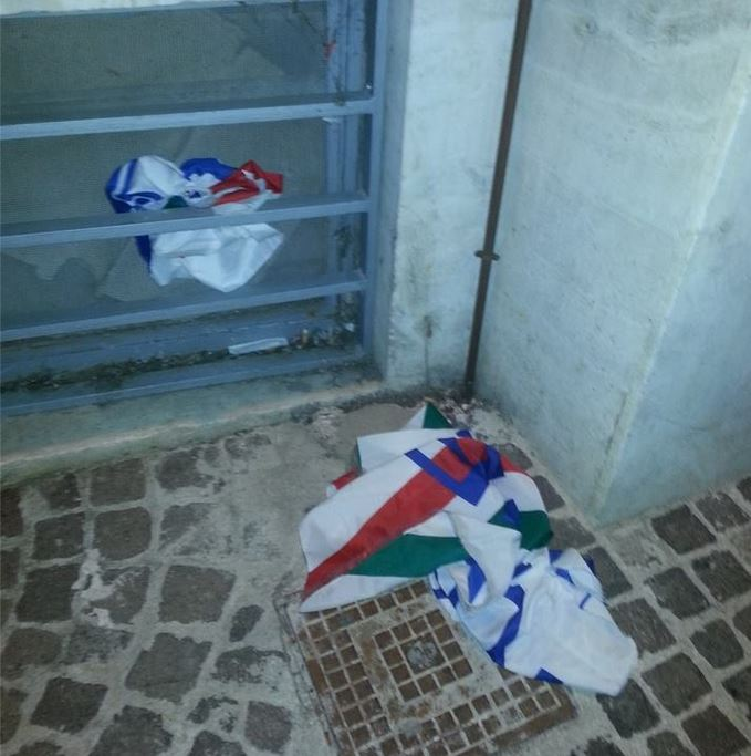 Bandiera di Azione Universitaria strappata alla vigilia della ... f48ee1959ce3