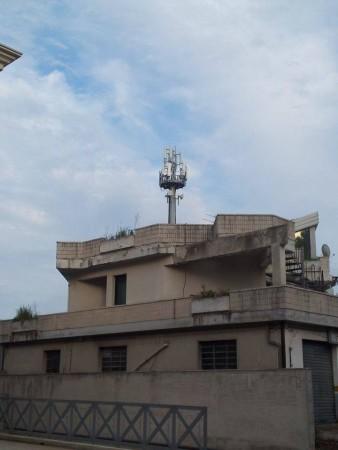 L'antenna Vodafone sopra le palazzine di via Gramsci