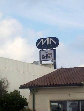 L'antenna a ridosso dell'insegna del Mia spunta sul tetto della discoteca, a poco più di 11 metri di altezza