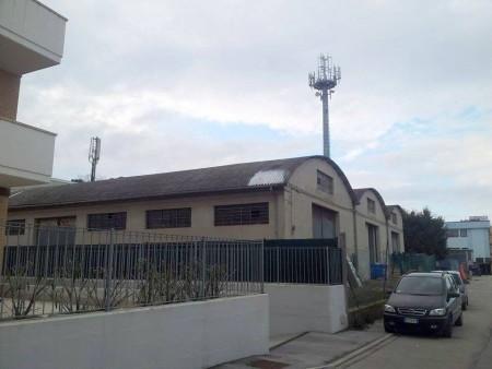 Le due antenne ai lati del capannone in eternit, a pochi metri dalle case di via Pacinotti