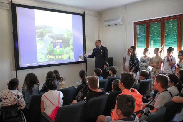 """Momenti della visita: briefing informativo del Magg. Pisano agli studenti dell'Istituto """"A.Caro"""""""