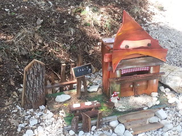 Un villaggio di gnomi e fate nei boschi di sefro for Case moderne nei boschi