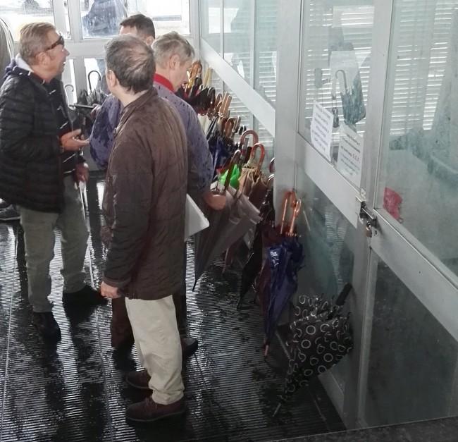 Gli ombrelli sono stati fatti lasciare all'ingresso