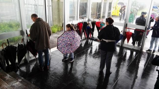 Caos ombrelli stadio helvia recina_Foto LB (1)