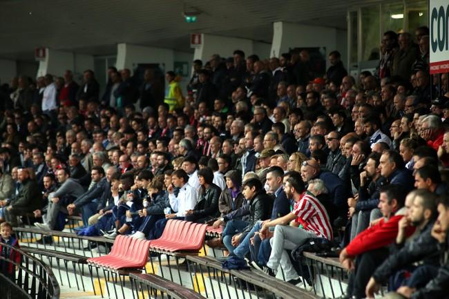 La tribuna dell'Helvia Recina gioisce dopo il successo contro il Savona