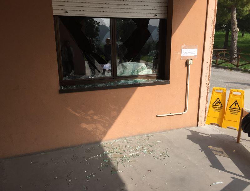 Ladri sporcano di sangue la scuola alunni fanno lezione al teatro cronache maceratesi - La finestra rotta ...