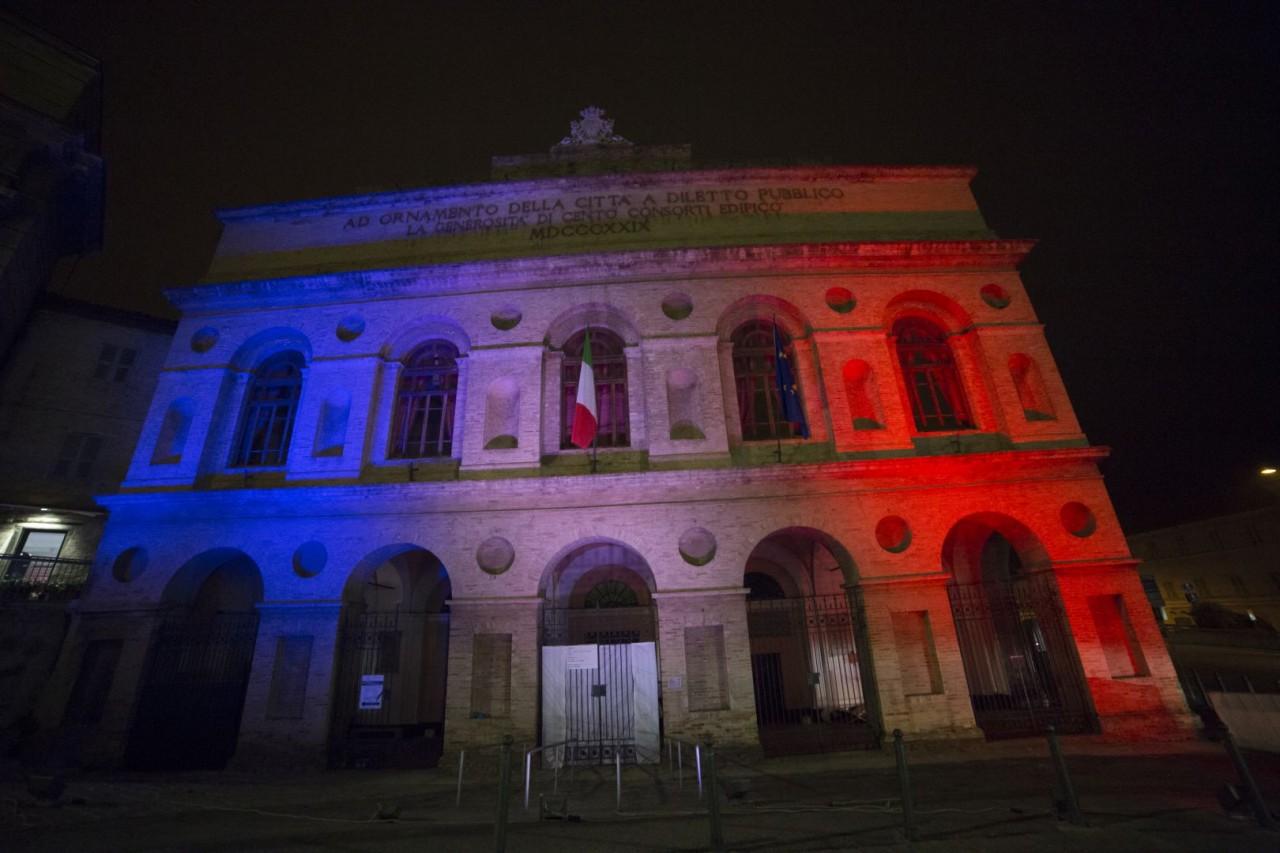 Lo sferisterio illuminato con i colori della bandiera - Simboli di immagini della francia ...