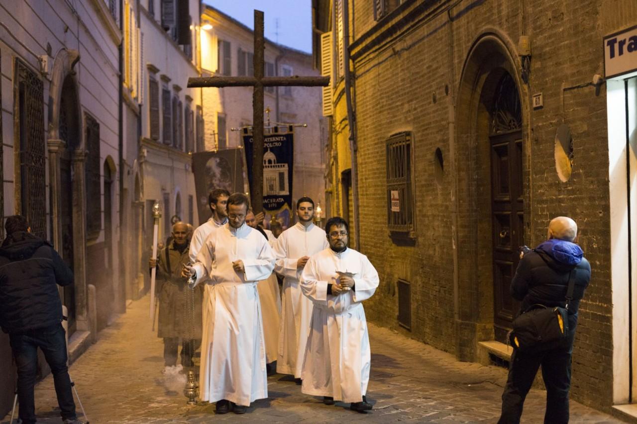 Giubileo macerata blindata il vescovo marconi apre la - Immagini porta santa ...