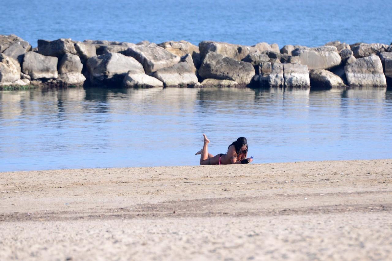 Donna in spiaggia nude picture 1