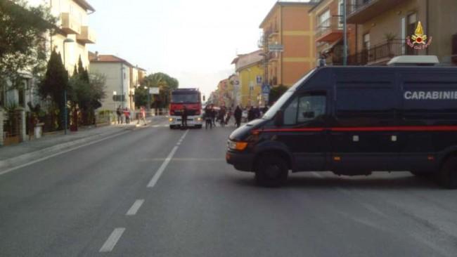 La strada chiusa per permettere le operazioni degli artificieri (foto dei vigili del fuoco)
