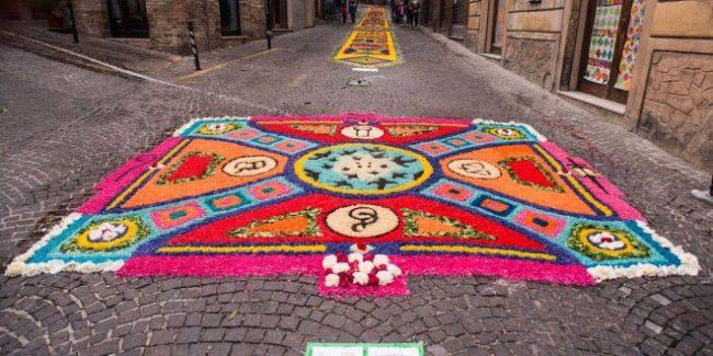 Tra fiori e colori un arcobaleno per corridonia - Tappeti colorati ...