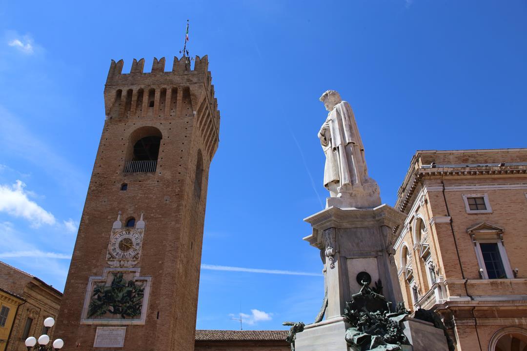 Recanati piazza Leopardi torre civica_Foto LB (1)
