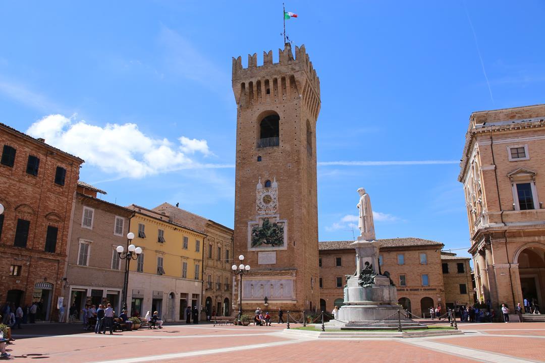 Recanati piazza Leopardi torre civica_Foto LB (2)