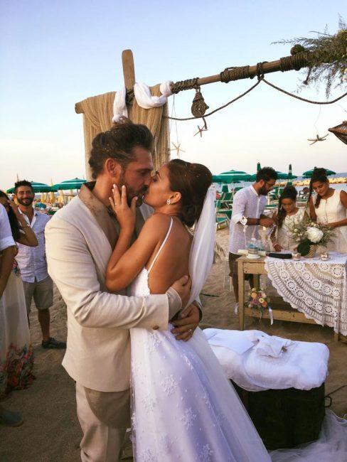 Matrimonio Spiaggia Paestum : Matrimonio in spiaggia lo sposo arriva barca
