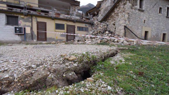 Le frazioni di Castelsantangelo danneggiate, in basso una spaccatura del terreno