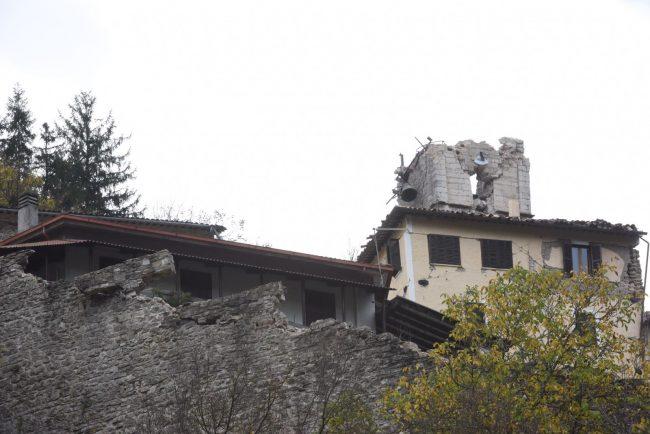 La torre di Castelsantangelo, che aveva resistito a tutte le scosse, è venuta giù il 30 ottobre