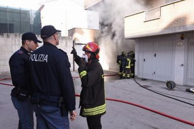 Garage a fuoco vicino alla scuola cronache maceratesi for Piani di caverna di garage uomo