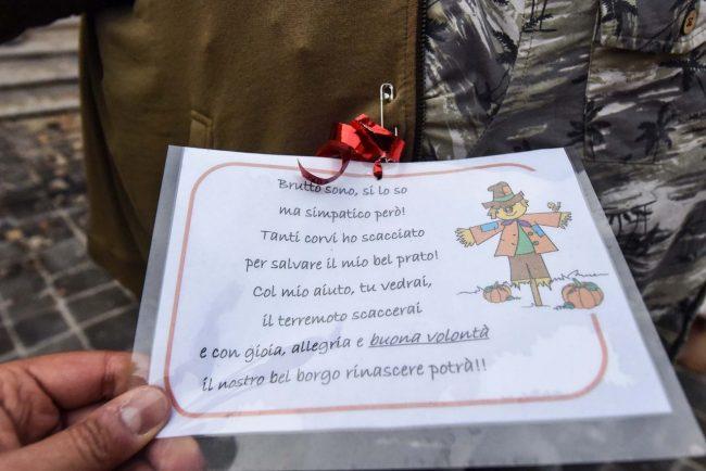 pupazzi-spaventapasseri-terremoto-piazza-visso-5