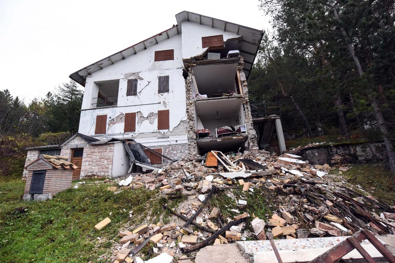 Linda la numero uno di ussita senza casa aiuta i soccorritori e il suo zabaglione - Casa senza fondamenta terremoto ...