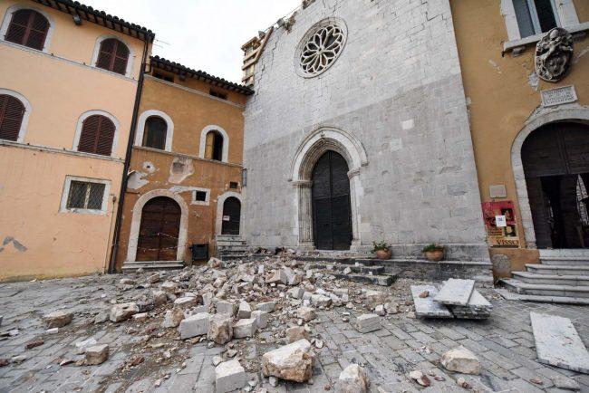 terremoto-zona-rossa-piazza-visso-fdm-10