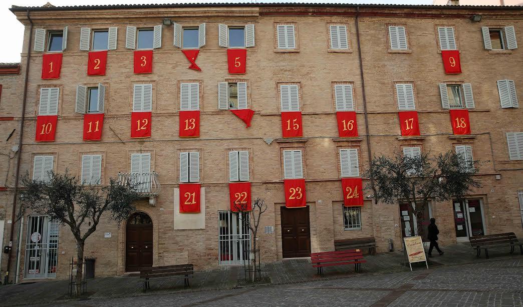 Il palazzo diventa un maxi calendario aspettando il natale - Mercatino di natale piazza mazzini roma ...