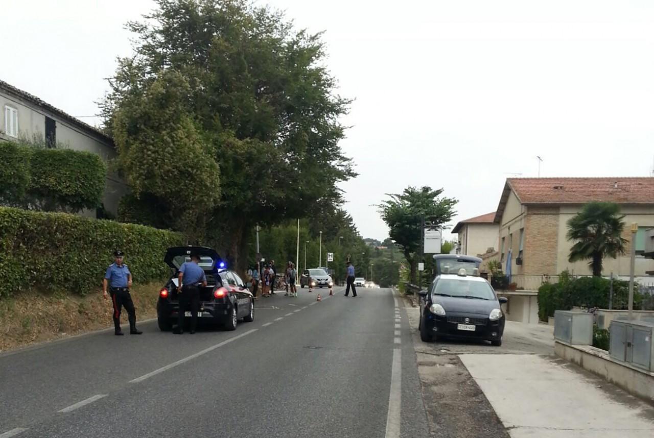 Automobilista travolge gruppo di ciclisti e scappa: uno è grave