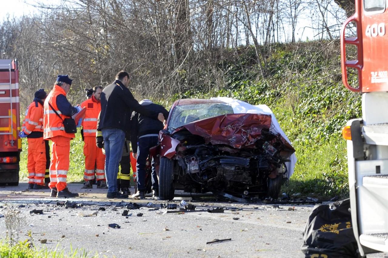 Frontale tra auto: morto un ragazzo, ferita una donna