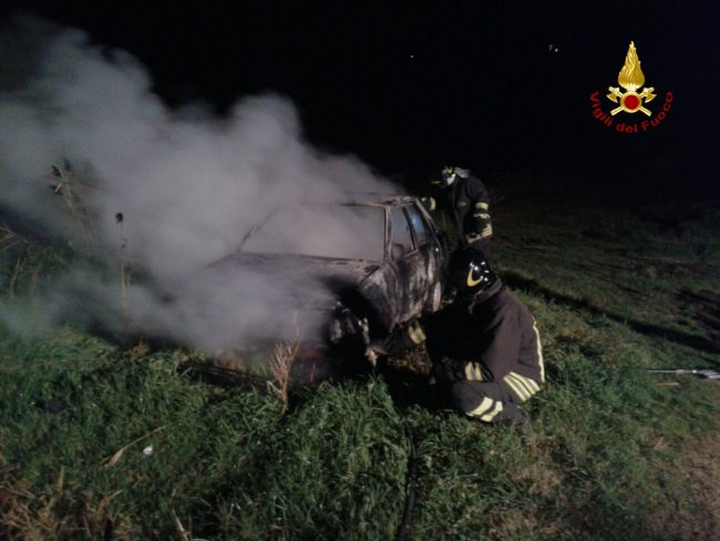 Quartucciu: auto in fiamme, intervengono i vigili del fuoco
