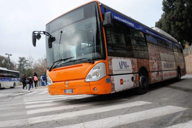 Nuovo terminal ai giardini le auto rubano la scena ai bus for La piattaforma del secondo piano progetta le immagini