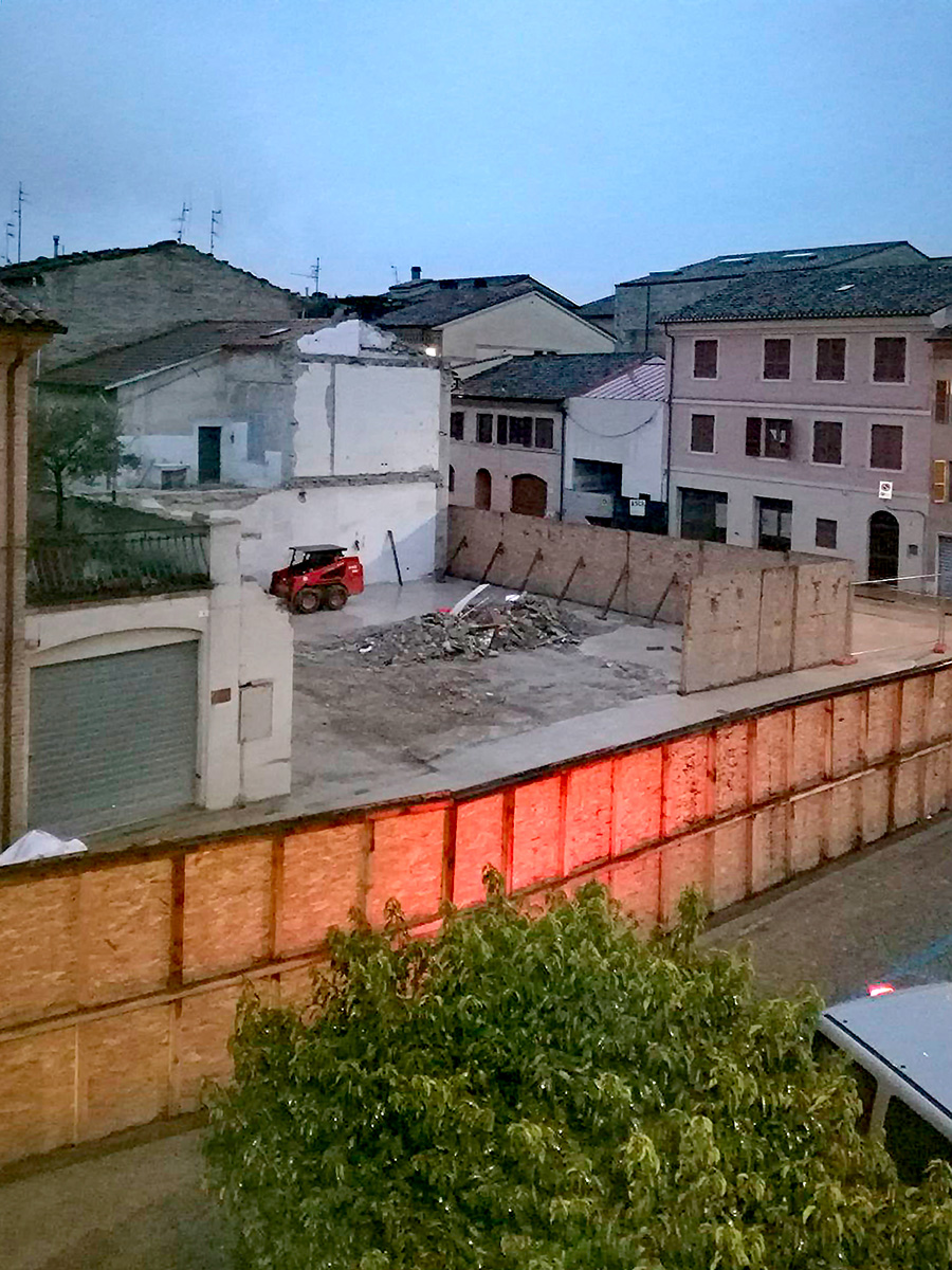 Terminata la demolizione di uno dei simboli della for Piani di casa rambler con seminterrato sciopero