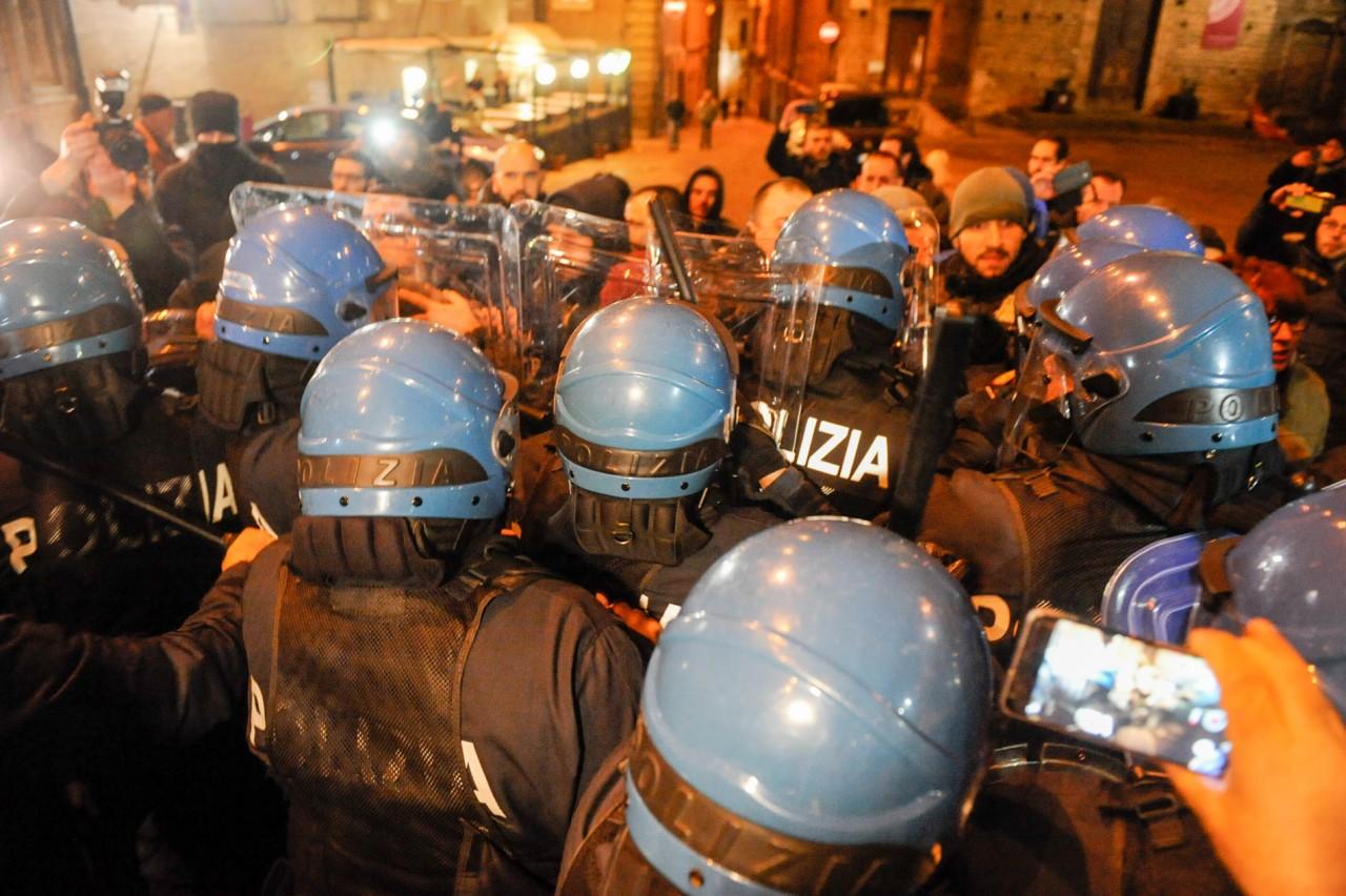 Forza Nuova manifesta a Macerata, scontri