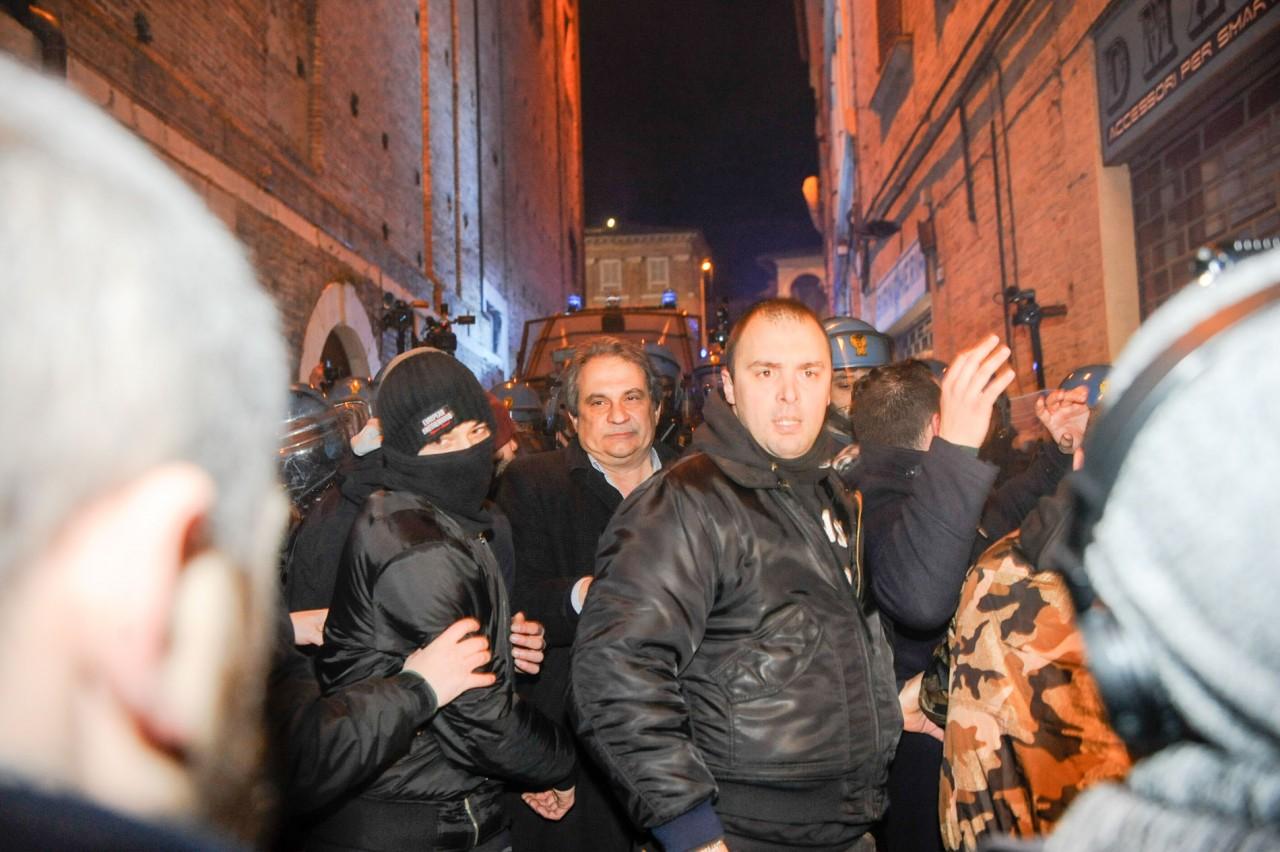 Macerata, scontri tra polizia e Forza nuova: feriti e 20 fermati