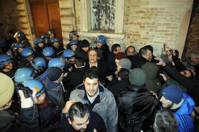 Macerata, scontri tra Forza Nuova e la polizia: cariche contro i manifestanti