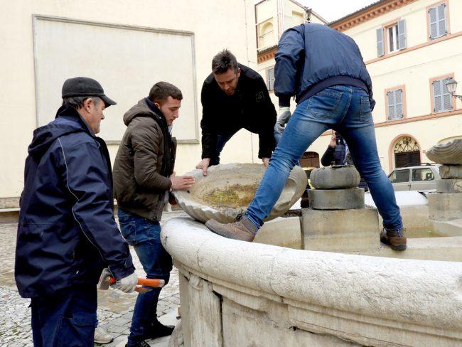 Restauro della fontana in piazza Silverj, all'opera gli scalpellini di Montescaglioso
