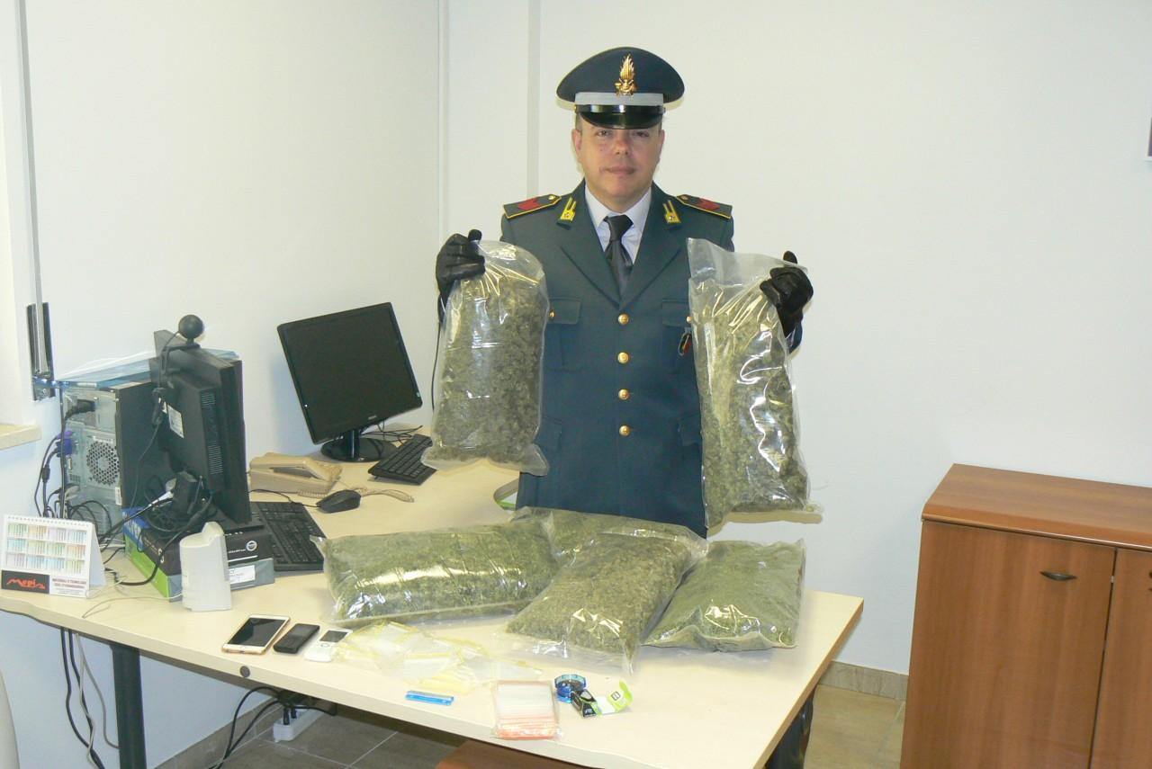 Oltre 3 chili di marijuana in garage denunciata una donna for Oltre i piani di garage