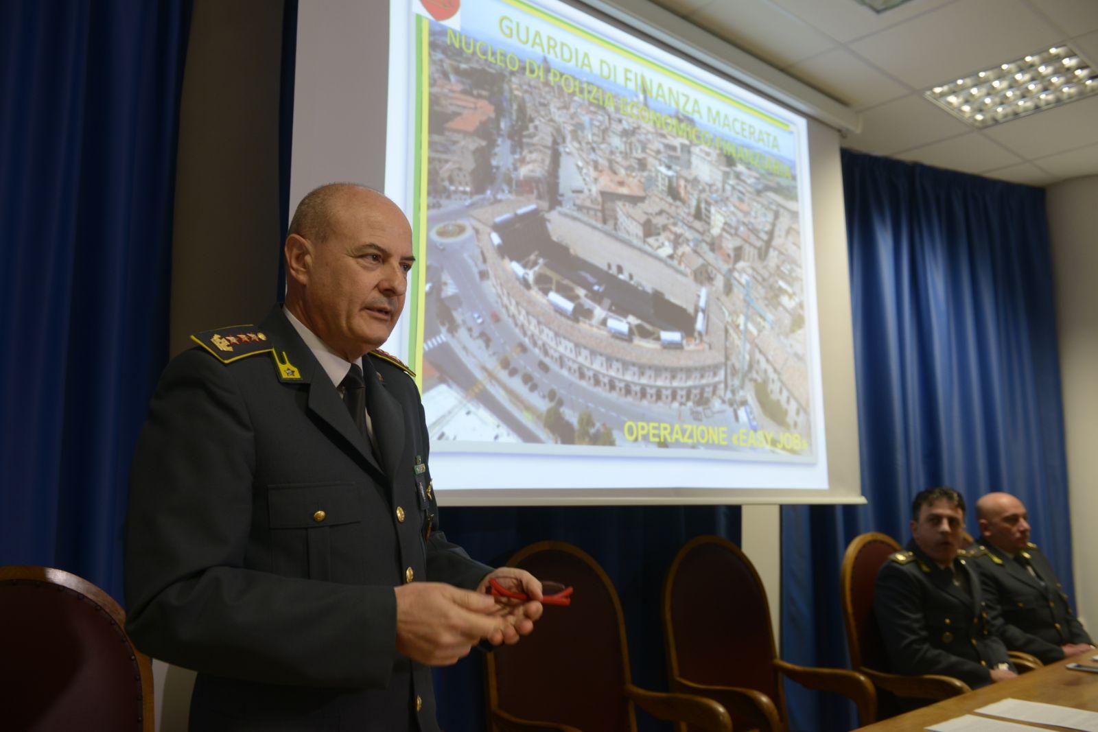Assumono 776 persone senza autorizzazione: denunciati dalla GdF 53 dirigenti Regione Marche