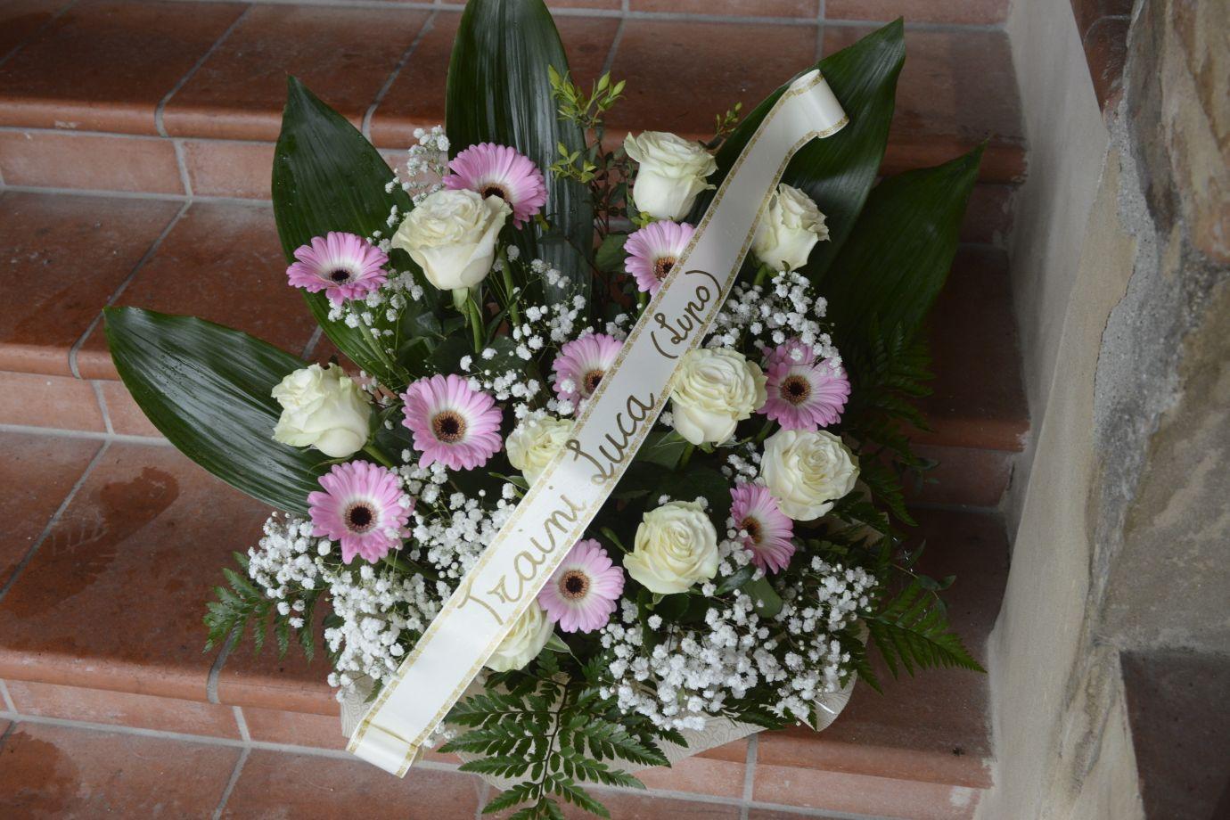 Mazzo Di Fiori Lutto.Funerale Di Pamela Traini Manda Un Mazzo Di Fiori Cronache Ancona