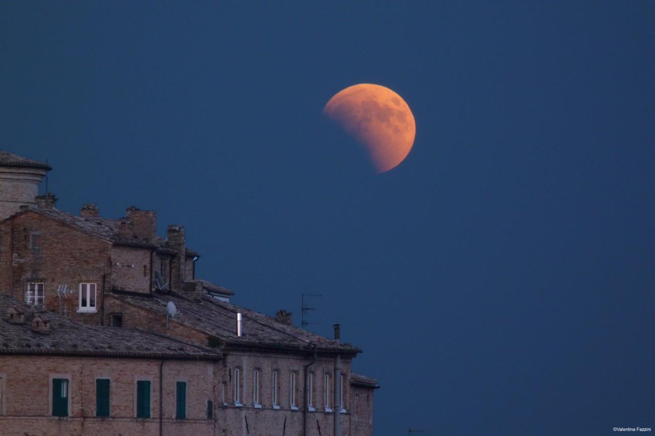 Domani occhi puntati al cielo: arriva l'eclissi di Luna più lunga del secolo - Curiosita'