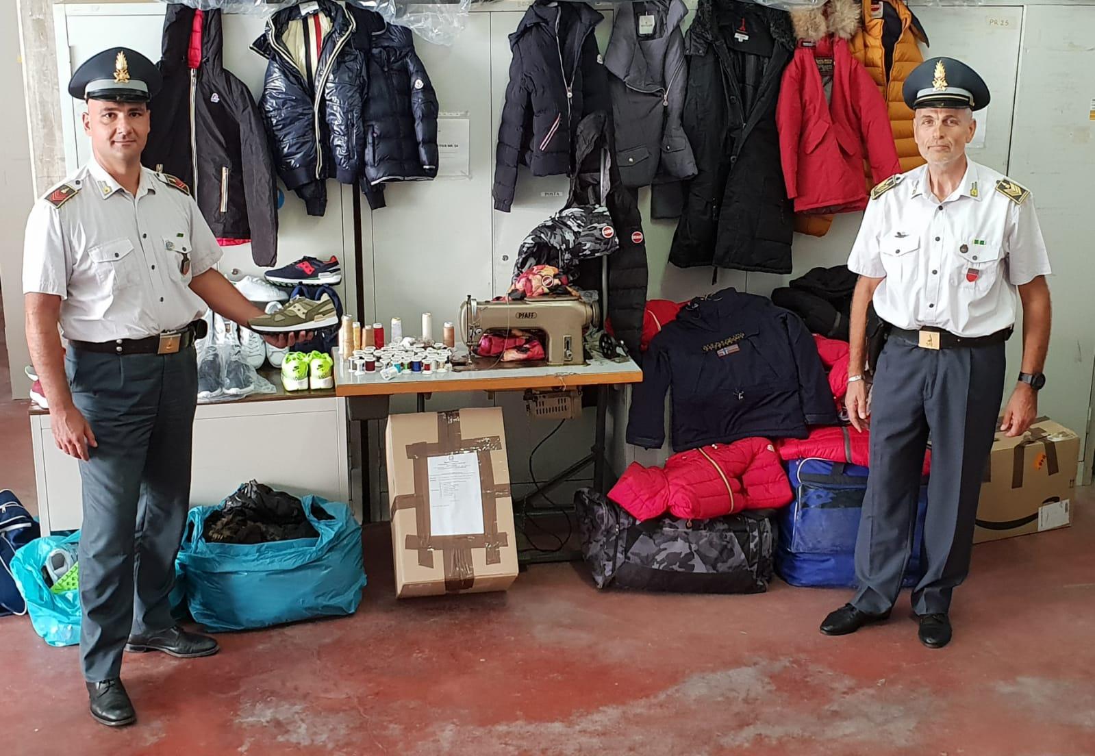 dcc564a6e515 Scoperti veri e propri laboratori del falso e depositi di merce contraffatta:  3mila articoli sequestrati tra abbigliamento, calzature, etichette e  accessori ...