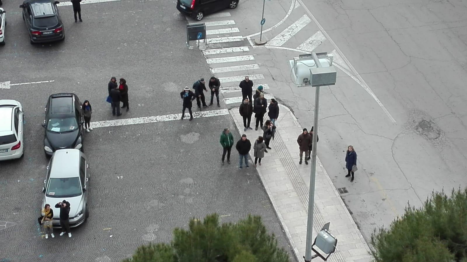 L'omaggio ai Beatles dal tetto di palazzo Lombardi