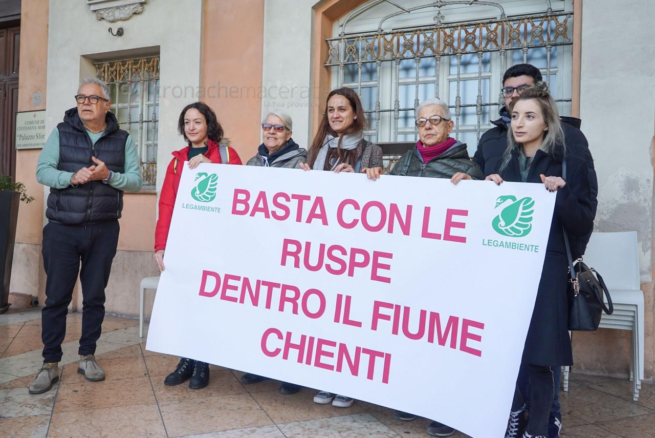 """""""Basta ruspe nel Chienti"""", la protesta di Legambiente"""