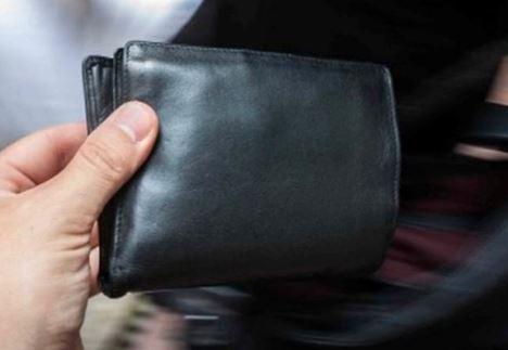 selezione più recente consegna veloce Scarpe 2018 Dimentica il portafoglio sul bancone, il cliente successivo ...